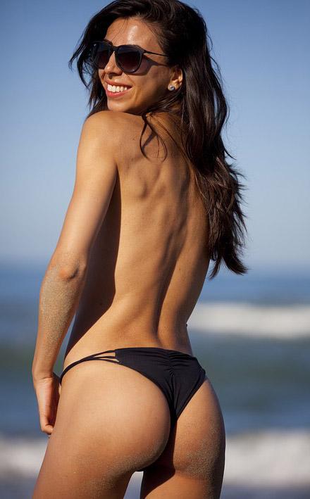 fata care sta la soare in bikini